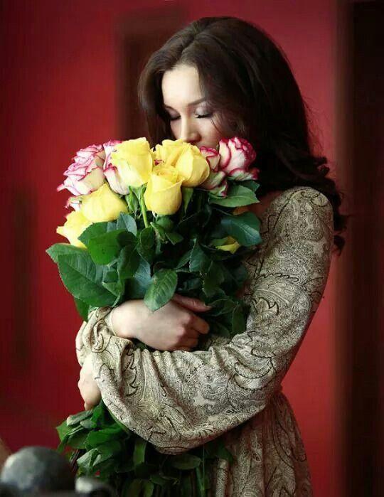 Картинки с девушками с букетом роз