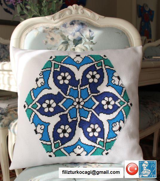 İznik Çini desenli yastık. 40x43 cm.