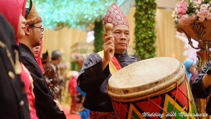 Tak hanya penerima tamu yang mengenakan penutup kepala, penabuh drum atau kendang besar dalam pernikahan adat Minangkabau Sumatra Barat juga mengenakan penutup kepala nan indah. Penutup kepala untuk pengantin pria, penerima tamu dan penabuh kendang, masing-masing memiliki motif yang berbeda.