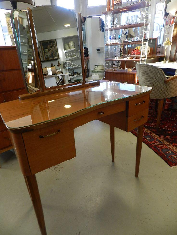 Sminkbord med tredelad spegel, glasskiva samt fyra lådor. 84x40x3 cm samt spegel 47 cm hög