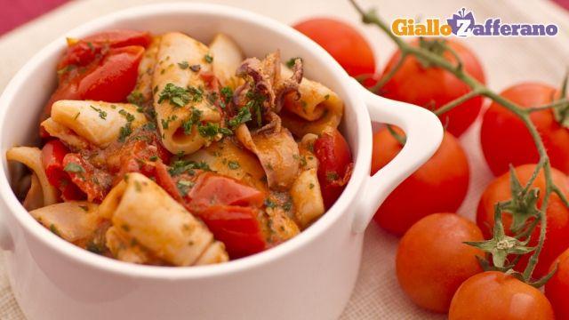 i CALAMARI IN UMIDO sono un #secondopiatto alternativo al solito fritto, guarnito da una salsa di #pomodoro. Qui la #ricetta: http://ricette.giallozafferano.it/Calamari-in-umido.html #GialloZafferano #pesce #calamari