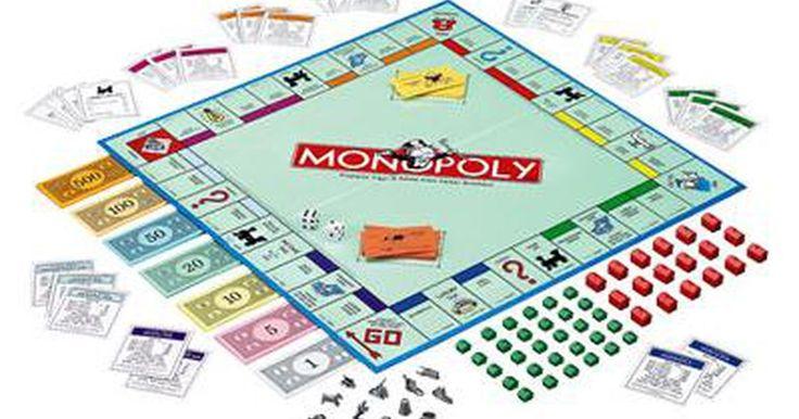 Cómo hacer tu propio juego de Monopolio. El juego Monopoly ha tenido nuevas versiones con el paso de los años. Cada versión se ha adaptado para películas, otros juegos, ubicaciones del mundo real y más. Los jugadores creativos de Monopoly pueden usar la estructura básica del juego para crear su propio juego de Monopoly adaptado a ellos.