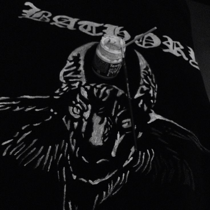 I made this sweater for a friend :) Handpaint, stenciled logo... Defined in detail :)