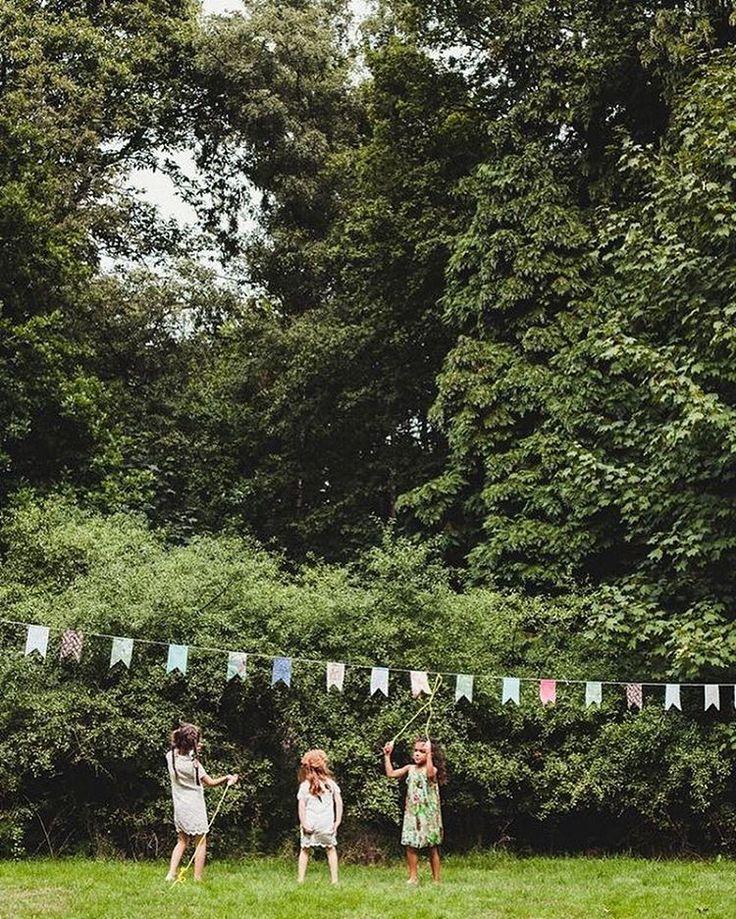 Willen jullie een relaxte bruiloft in het bos of een feestelijke binnen bruiloft? Bij ons kan je vlaggetjes huren en er is wel 100 meter beschikbaar! Het zijn ideale sfeermakers en blenden mooi in bij verschillende thema's: vintage, bohemian, landelijk, alles kan! Voor meer info kan je een mailtje sturen naar info@rosemaryrainbird.com. Tag gerust iemand voor wie 't wellicht wat is. ☀️ Foto door @alicemahran