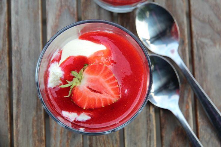 Kjapp jordbærdessert med is og kjekssmuler