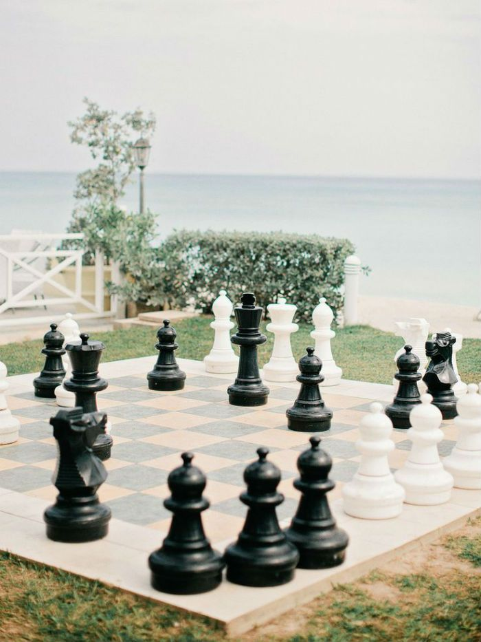 Idée d'animations pour le jour du mariage : un échiquier géant, une idée pour ravir les amateurs de jeux !
