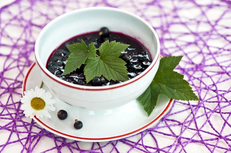 Minttuinen mustaherukkahillo sopii vaikkapa kanan kanssa nautittavaksi. Maittavan reseptin saat tästä: http://www.dansukker.fi/fi/reseptej%C3%A4/hillot,_marmeladit_ja_hyytel%C3%B6t/minttuinen_mustaherukkahillo.aspx