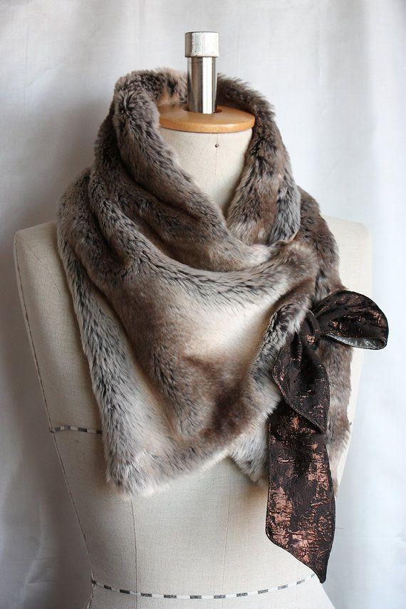 Ce cache-cou est fait d'une fausse fourrure très luxueuse et douce. Fixé avec un crochet- et - oeil et un nœud noué sur le côté. Il s'adapte bien, chaud et confortable, idéal pour les froides journées d'automne. Le cache-cou est d'environ 36(91cm) longtemps sans le ruban et 5.5 wide(14cm) dans le milieu. Nettoyage à sec. S'il vous plaît noter que la couleur réelle peut varier légèrement selon l'écran d'ordinateur. * Cet article vous sera envoyé par Royal Mail enregistré / Royal Mail ...