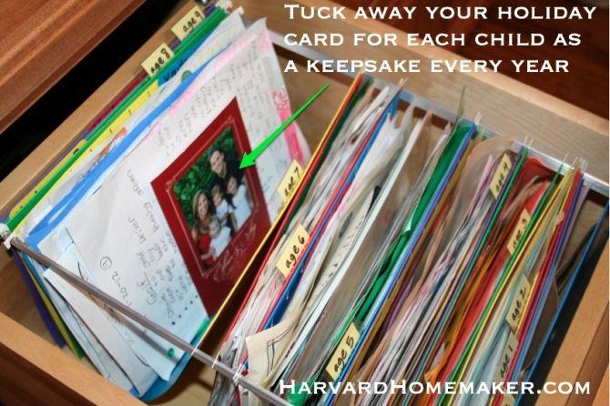Zachowaj kopię swojej rodziny Christmas Card dla każdego dziecka  Podczas drukowania kart świątecznych, posiada kilka dodatków wykonane przez dzieci. Możesz schować jeden z dala dla każdego dziecka na pamiątkę w pliku co roku. Jakie wielkie pamiątki!