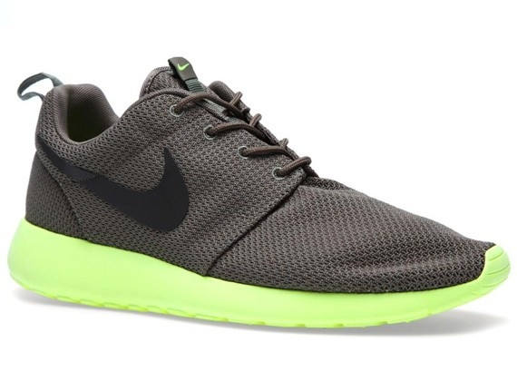 nike roshe run tarp green\/volt\/deep smoker