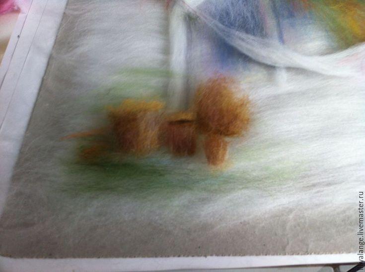 Вам потребуется: - рамка со стеклом 30 на 40; - ножницы; - пинцет; - флезелин или другой негладкий материал, я использую спанбонд нетканый; - шерсть следующих цветов: белая,; голубая; розовая; бежевая; синяя; сиреневая; желтая (цвета шафран или горчица); светло желтая; оранжевая; болотная; охра (несколько оттенков); изумрудная; коричневый светлый; кирпичный; красный для роз. Примерно 15 цветов.