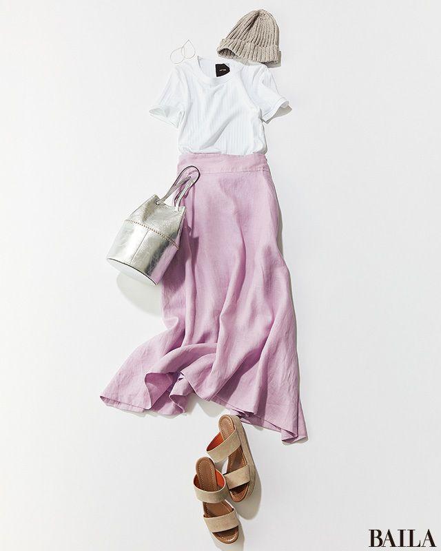 カジュアルなTシャツに女っぽいスカートを加えた、夏のホリデーコーディネート。白やパステルカラーで仕上げれば、爽やかな雰囲気で気分上々に。ここに今年らしいシルバーのバッグや揺れピアスを足せば、ほのかにエッジィなムードが。クールさも高まって、見た目温度-2℃を叶えられます。ラフなムー・・・