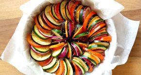 Een Mediterrane groenteschotel is gemakkelijk klaar te maken en is hemels lekker! Een heerlijk vegetarisch gerecht boordevol heerlijke groenten!