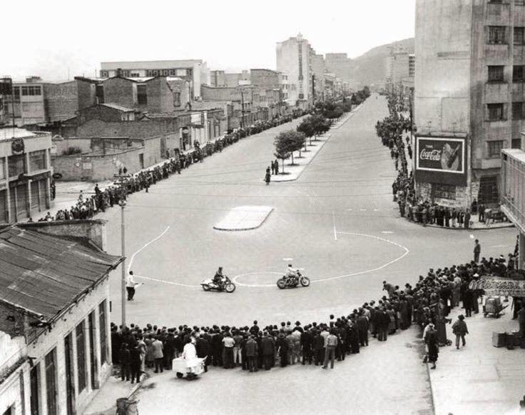 29 de junio de 1952. Competencia de motos en la recién inaugurada Carrera Décima de Bogotá, pasando a la altura de la Avenida Jiménez.