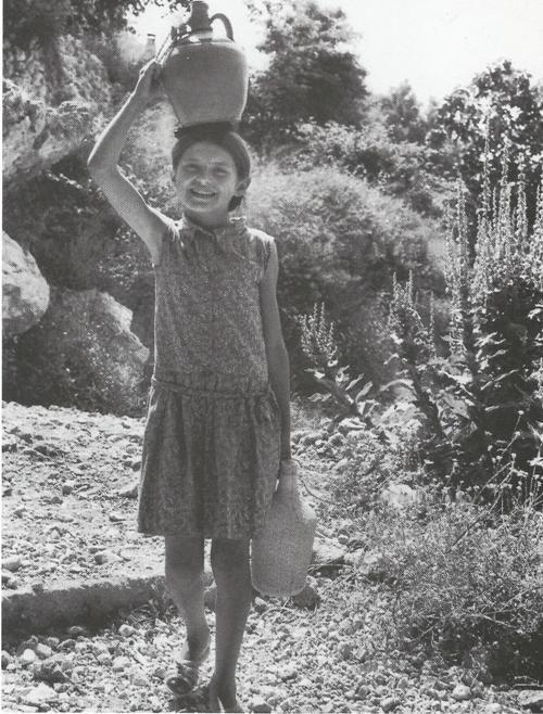 Κουβαλώντας στο μπότη νερό από την πηγή στο Νικολή -Λευκάδας (1969).