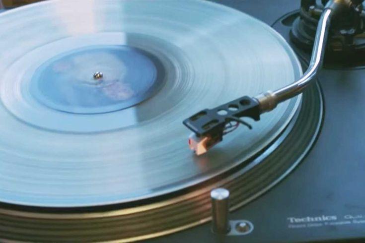 Voici And Vinyly, un étonnant service qui vous propose de transformer les cendres des défunts en disques vinyle. Vous pourrez choisir les musiques que vous associez à la personne disparue, ou encore des enregistrements sonores, et les faire presser sur un disque vinyle contenant les cendres de l'être aimé. And Vinyly est un concept imaginé par Jason Leach, et illustré dans le joli court métrage Hearing Madge d'Andrea Lewis, à découvrir en dessous.