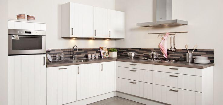 Door de combinatie van de witte keukenkasten en het eikenhouten werkblad kunt u qua stijl met de Steinhaus Figinio alle kanten op: van modern-klassiek, landelijk tot strak design. De apparatuur in de keuken is van Whirlpool. Klik hier voor meer informatie over deze of een van de andere Steinhaus keukens.