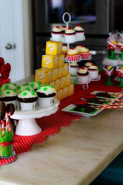 Super Mario Theme - Cake Table. This site has a lot of cool ideas!
