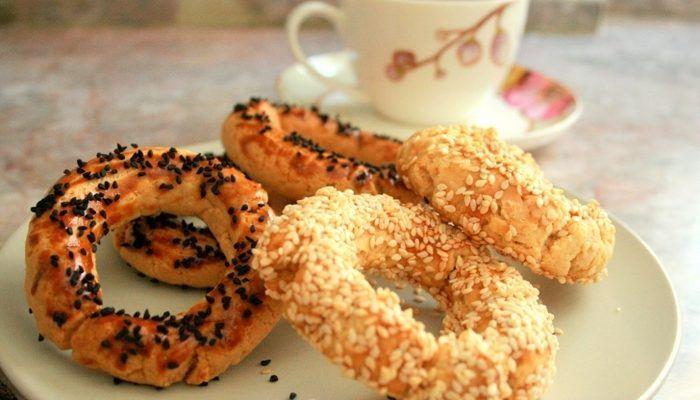 Kandil simidi, Türkiye'de geleneksel olarak kandillerde dağıtılıyor. Susamlı ve sade olarak tercih ediliyor ve yapımında mahlep, susam veya çörek otu kullanılıyor. Türkiye'de özellikle kandillerde üretilmekle birlikte, çoğu pastanede her gün yapılır.