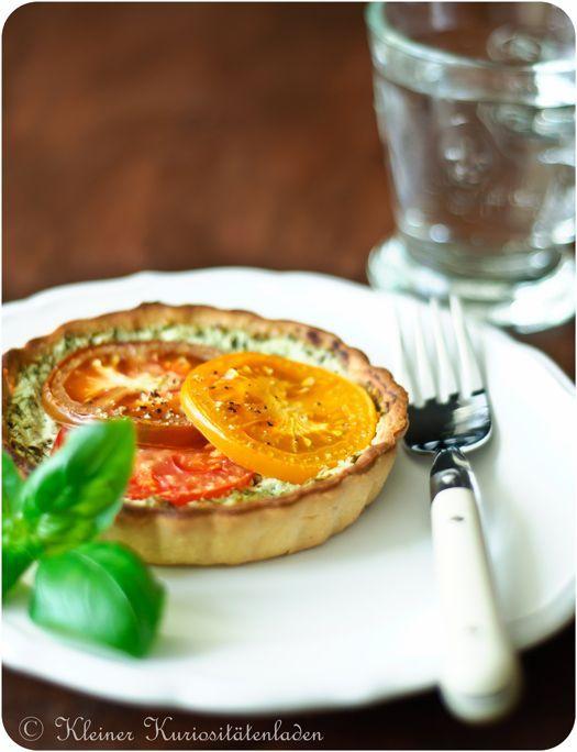 Kleiner Kuriositätenladen: Tomatentartelettes mit Ziegenkäse-Basilikum-Creme