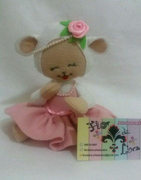 Ovelhinha feita em feltro. Muito utilizada em chá de bebê, aniversário ou decoração do quartinho do bebê.  Para alterações nas cores, informar no ato do pedido.