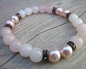 Articles similaires à Bracelet quartz rose, quartz blanc, perles swarowski roses - pierres fines 8mm, anneaux cristaux roses sur Etsy