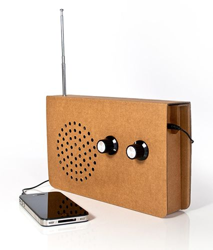 La ecología no está reñida con la tecnología, como se puede apreciar en esta radio. Sí, es como parece: está fabricada en cartón. Y se le puede conectar el móvil, un MP3...