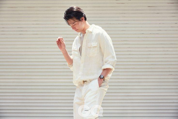 흰색 리넨 셔츠 18만원대, 아이보리 캐시미어 니트 30만원대, 로프 잠금 장식 리넨 팬츠 17만원대, 모두 폴로 랄프 로렌. 시계 3백80만원, 랄프 로렌 왓치 앤 주얼리.
