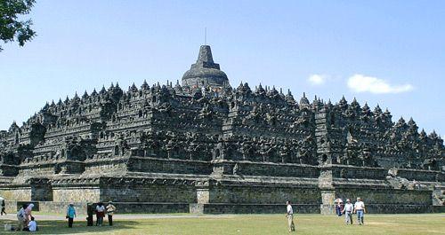 Provinsi Jawa Tengah juga merupakan tempat dari kuil hindu terkenal Borobudur. Tapi itu bukanlah satu-satunya tempat yang menjadi tujuan wisata menarik Jawa Tengah, masih ada Dataran tinggi Dieng dan Candi Sukuh yang patut dikunjungi. Seni pertunjukan budaya lokal masih banyak dipraktekkan, seperti pertunjukan drama tari tradisional ( Wayang Orang ) atau wayang kulit ( Wayang Kulit ).