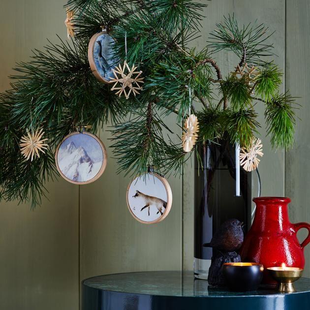 Weihnachtsbaumschmuck selber basteln: Anhänger aus Stickrahmen | LIVING AT HOME