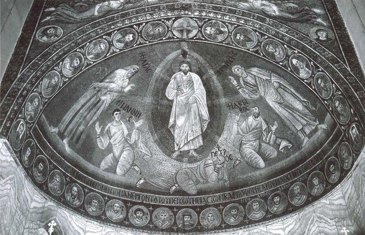 """Monastero di Santa Caterina, Sinai, Egitto. Il mosaico """"Trasfigurazione"""". 557-560. Il periodo di Giustiniano. La scena della Trasfigurazione era prediletta in epoca giustinianea. Il Monastero di Santa Caterina sul Monte Sinai, vera roccaforte dell'ortodossia, fu fondato da Giustiniano intorno al 557. I profeti Elia e Mose, gli apostoli Giovanni, Giacomo genuflessi e l'apostolo Pietro a carponi. La raffigurazione piena di espressività e forza emotiva a differenza dai mosaici ravennati."""