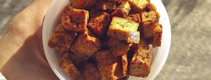 TOFU CARAMELIZADO FIT INGREDIENTES:   Medio bloque de tofu escurrido (unos 140 gr, yo uso el de Mercadona) Salsa de soja (a ser posible una que no contenga azúcar, yo uso de la de marca Kikkoman) Ajo en polvo y pimienta negra Edulcorante líquido (también de Mercadona, o el endulzante que prefiráis) Aceite de oliva