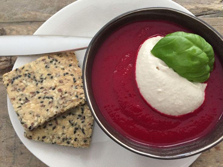 Rode bietensoep met pastinaak en cashew crème fraîche