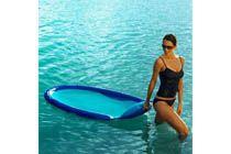KELSYUS VATTEN- VILSTOL - Blå  Med Kelsyus vattenlounger sitter du mer upprätt, vilket innebär att du får svalka, bekvämlighet och balans.Det går snabbt och lätt att blåsa upp den (se film),och även fortare att tömma på luft och packa ner i bärväskan som medföljer.