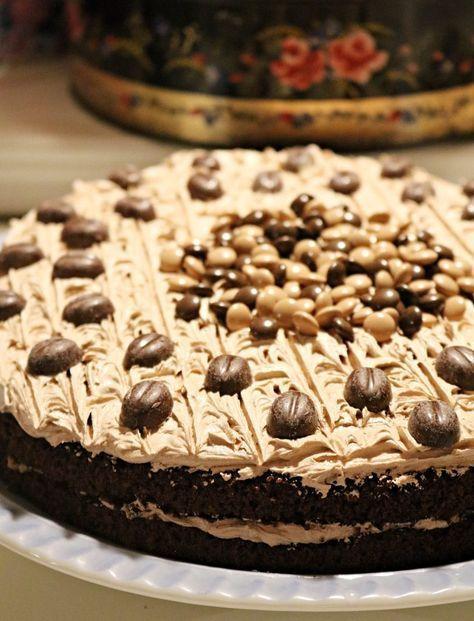 Denne sjokoladekaken er saftig og kjempegod. Mørk sjokoladekake med mokkakrem