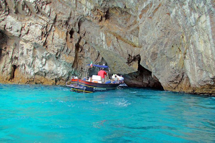 rejs wokół wyspy Capri - łódka wpływająca do groty