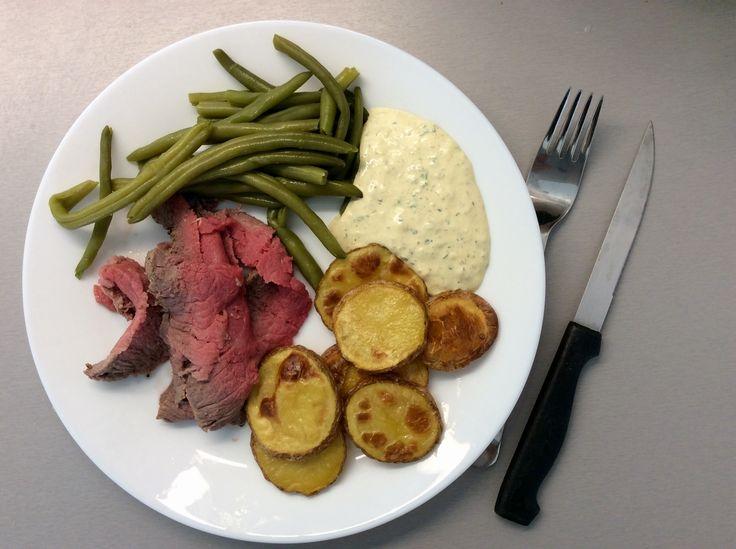 Roastbeef, zelené fazolky, pečené bramborové plátky a domácí tatarská omáčka