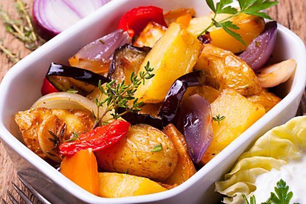 Brambory pečené s další zeleninou