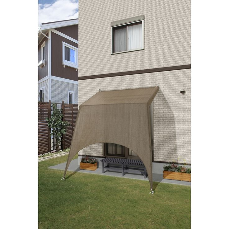 シェードキャノピー 立掛タイプ モカ 強い日差しや降り注ぐ紫外線が気になってなかなかお庭やテラスでくつろげないという方に。 工事業者に頼まなくても簡単に組立・取り付け可能。床や壁を傷つけることなく建物の壁面部に日よけスペースが出来上がります。 商品コード46201800 サイズ立掛タイプ カラーモカ ポイント49 型番 :GSH-C01M JANコード :4975149462018 構造 :組立式 材質 :生地:ポリエチレン、本体:アルミニウム、ジョイント:ナイロン・強化ポリプロピレン、取付けひも:高密度ポリエチレン・アクリル 幅 :約2345mm 奥行 :約1550mm 高さ :約2700mm 重量 :約3.6kg 備考 :●付属品:取付けひも4本●UVカット率:約85%●遮光率:約85~90%