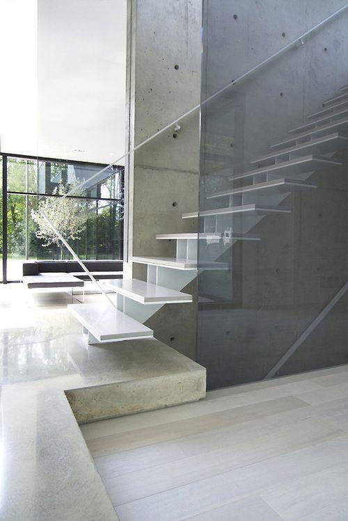 bonita escalera con zanca central de acero cortado a laser y peldaños de piedra sobre acero