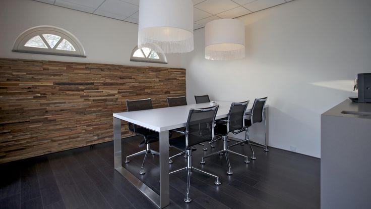 Alliez matière naturelle et mobilier contemporain pour vous créer un bureau à la fois chaleureux et raffiné / Panneau mural Parker / Wonderwall Studios