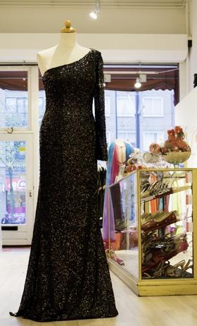 Mi Amor heeft een grote en gevarieerde collectie traditionele Hindoestaanse, Indiase en Marokkaanse jurken en kostuums voor speciale gelegenheden.    De schitterende en kleurrijke stoffen waar de jurken van gemaakt zijn geven de kledingwinkel een prachtig regenboogeffect waar u uw ogen uitkijkt.