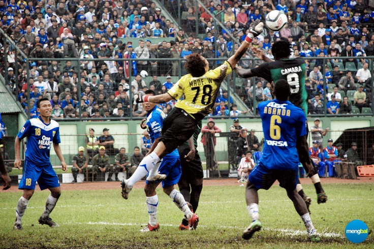 Persib vs Persiwa : Persib goalkeeper I Made Wirawan tried to reaches out the ball.