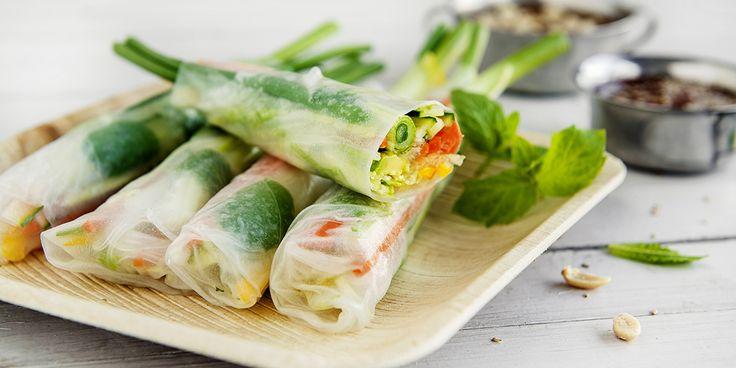 Ferske vietnamesiske vårruller med grønnsaker, urter og to spicy sauser.