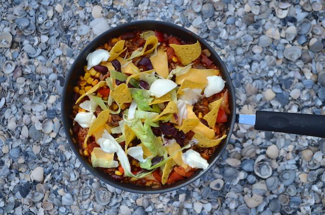 Een lekker eenpans campingrecept is dit Mexicaanse taco pannetje met tortilla chips.