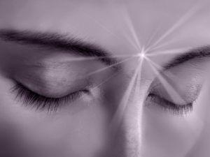 Le focalizzazioni del Kundalini Yoga.  La focalizzazione dello sguardo stimola le ghiandole e il buon funzionamento del sistema endocrino. Lo YOGA per la concentrazione e per la salute.