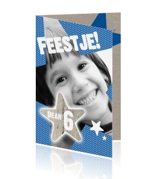 Stoere kinderuitnodiging voor een jongen met blauwe sterren en eigen foto. Trendy kaart van Luckz. Jullie zoon is bijna jarig en hij wil graag een feestje. Maak samen een coole uitnodigingskaart voor zijn kinderfeestje die hij naar al zijn maatjes kan sturen. Met een grote blauwe ster en mooie kartonnen achtergrond aan de binnenkant. Cool design van Luckz.