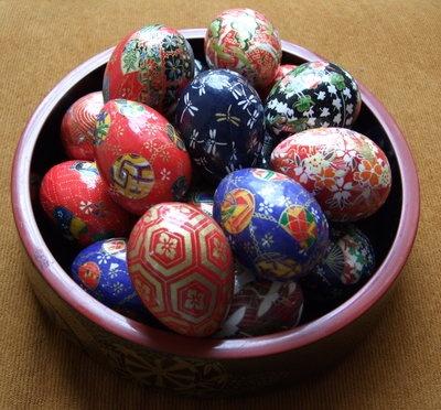 washi paper covered eggsWashi Eggs, Easter Crafts, Easter Decor, Easter Projects, Paper Covers, Covers Eggs, Japan Aesthetic, Washi Papercraft, Easter Ideas