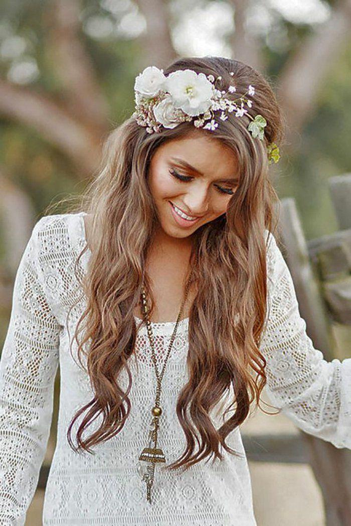 Chic boheme coiffure idée coiffure facile inspiration fleurs long cheveux ondulés