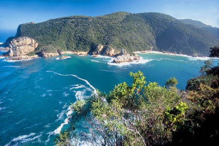The Knysna area is home to indigenous forests, fynbos, lakes, rivers, mountains and beautiful coastlines combined with a moderate climate make the Knysna area a natural Eden.  Visitors are spoilt for choice with a kaleidoscope of unforgettable experiences to choose from. From leisurely relaxation, high energy adventure and sporting activities to shopping, haute cuisine, Knysna oysters or downing the locally brewed beer, Knysna reflects the finer things in life.